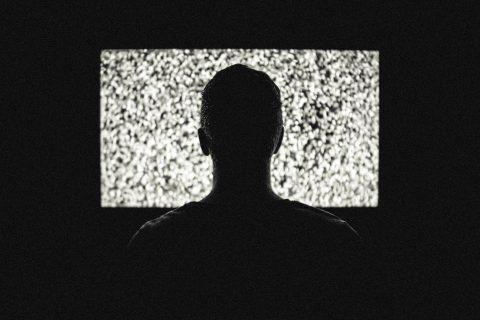personne devant un écran brouillé